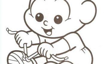 Dibujo Foto de bebé que se divierte atándose los zapatos